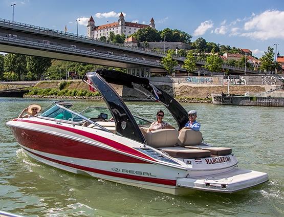 Plavba pre romantikov, s krásnymi panoramatickými pohľadmi na krásu na Dunaji, so sektom v ruke.
